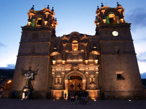 Catedral de Puno de noche
