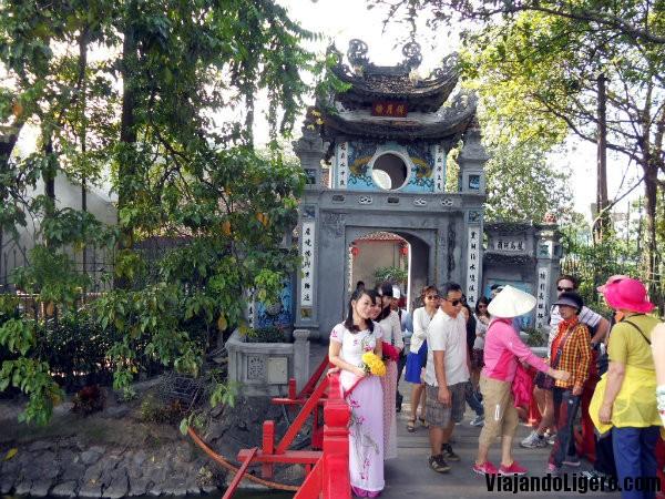 Puerta al templo de Ngoc Son
