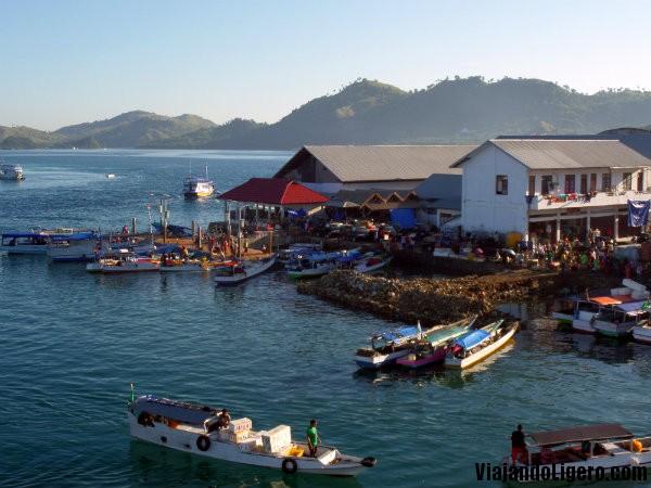 Mercado en el puerto de Labuan Bajo