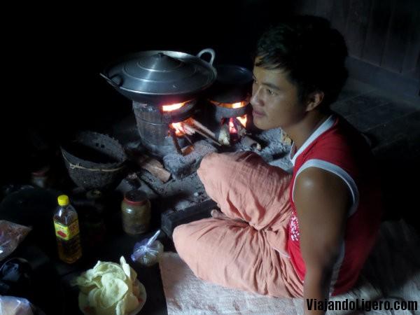 Cocinando en el trekking a Lago Inlé