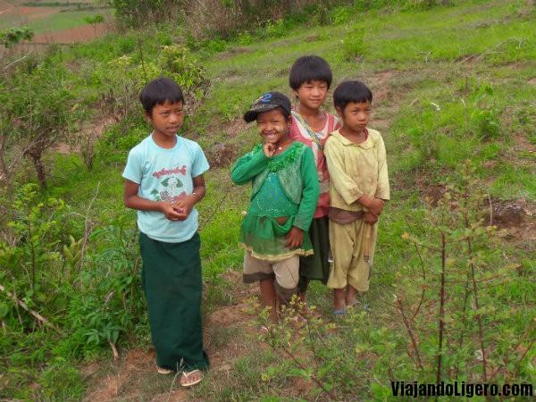 Niños en el trekking a Lago Inlé