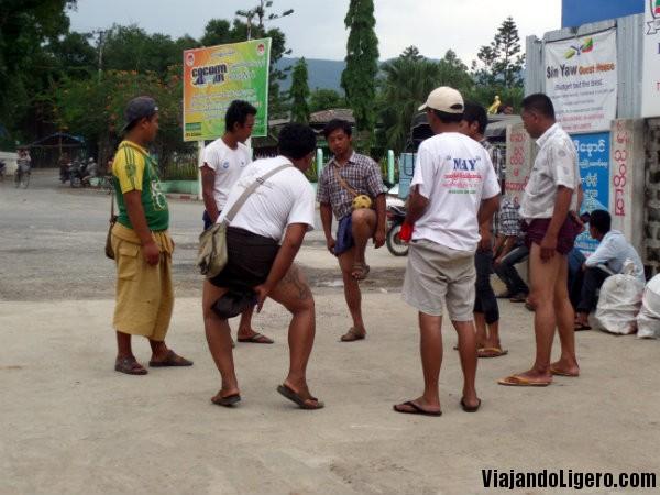 Birmanos jugando a chinlone