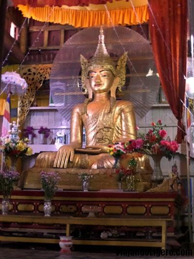 Buda de madera en Hsipaw