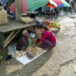 Vendedora de madera de thanaka
