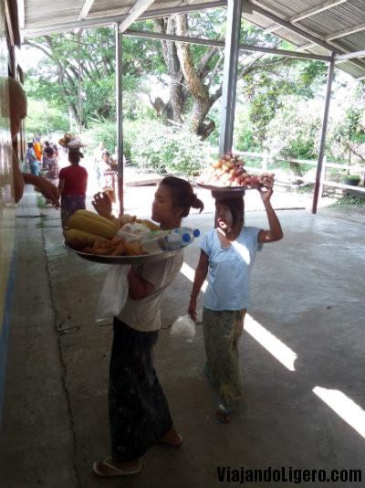 Vendedoras en la estación de Hsipaw